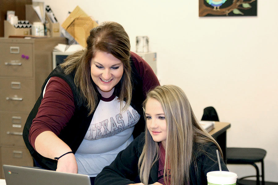 Ag+teacher+Jennifer+Warren+assists+sophomore+Katelyn+Brownd+during+Vet+Med+class.