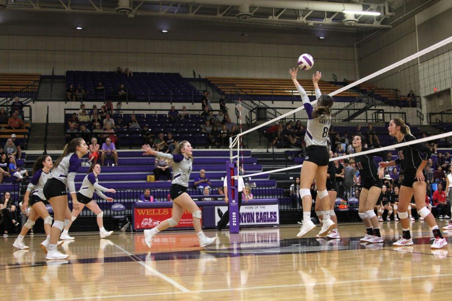 Senior+Keelie+Mitchell+sets+the+ball+for+junior+Carlee+Henderson+to+hit+during+the+Sept.+24+game+against+Borger.